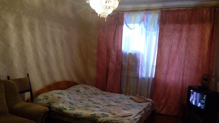 Двухкомнатная квартирапосуточно в Изюме, ул. Маршала Жукова , 17